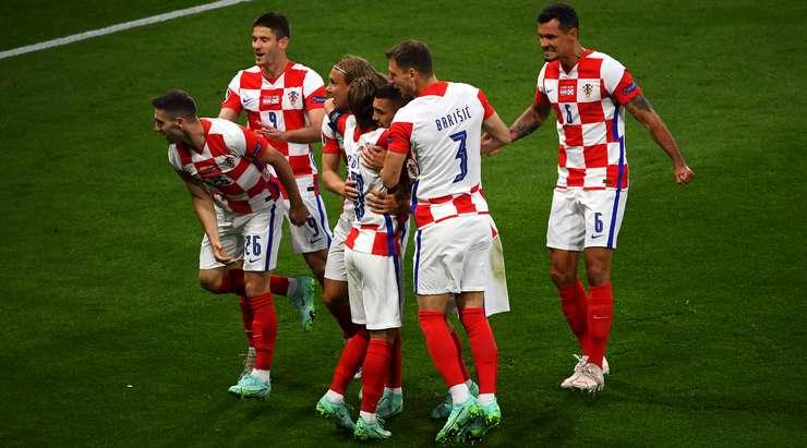 Luka Modric köşeyi alıyor ve Ivan Perisic (Hırvatistan) ceza sahasının en yükseğine zıplamayı başarıyor ve sağ direğe isabetli bir kafa vuruşu yerleştiriyor. Skor 3: 1'dir.