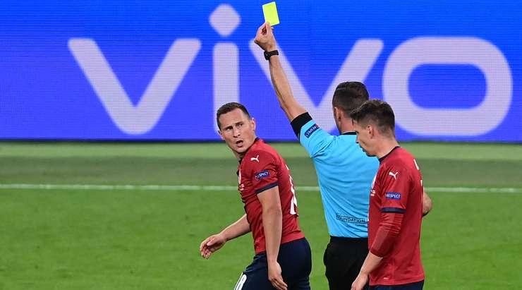 Jan Boril (Çek Cumhuriyeti) rakibini yere indirdikten sonra sarı kart gördü. Artur Soares Dias'ın vermesi kolay bir karar vardı.