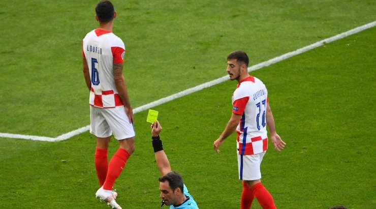 Dejan Lovren'in (Hırvatistan) yaptığı faul bir karta değer ve Fernando Rapallini sarı bir kart gösteriyor.
