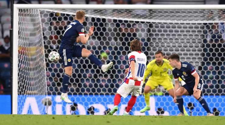 Luka Modric (Hırvatistan) ceza sahasının kenarına geliyor ve tereddüt etmeden ilk şutunu çekiyor. Grev mükemmel ve sol direğin içine giriyor. Daha iyisini yapamazdı. 2:1.
