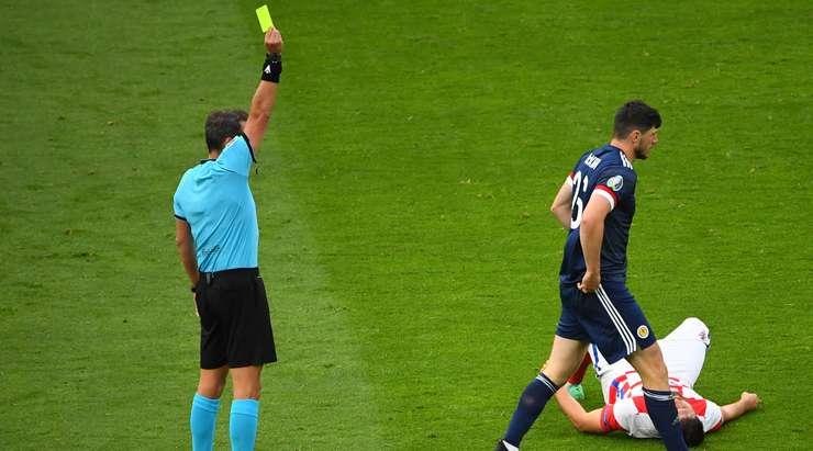 Fernando Rapallini, Scott McKenna'ya (İskoçya) sarı kart çıkardı.