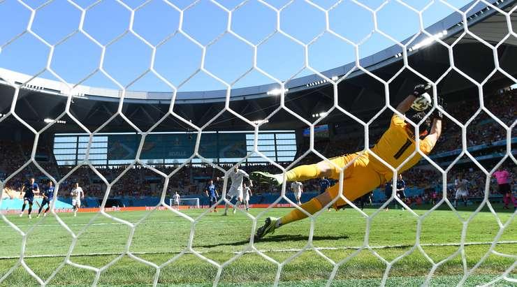 Alvaro Morata (İspanya) penaltıdan gol atmak için büyük bir şansa sahip. Sol direğe şutunu çekiyor, ancak Martin Dubravka bu girişimini engellemek için atlıyor.