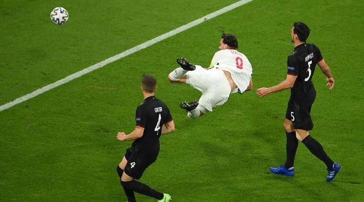 Bu bir hedef! Roland Sallai, yakınlardan hiç hata yapmayan Adam Szalai'nin (Macaristan) kafasına uzun bir tırmık pası gönderiyor ve topu sağ alt köşeye gönderiyor. 0:1.