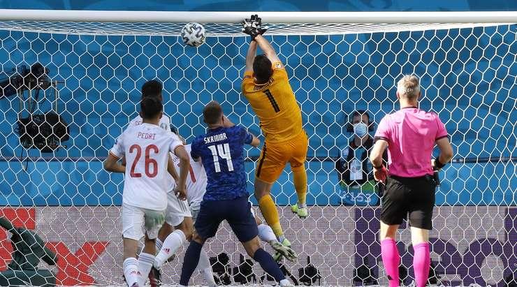 Kendi kalesine gol atan Martin Dubravka (Slovakya) için talihsiz bir an.