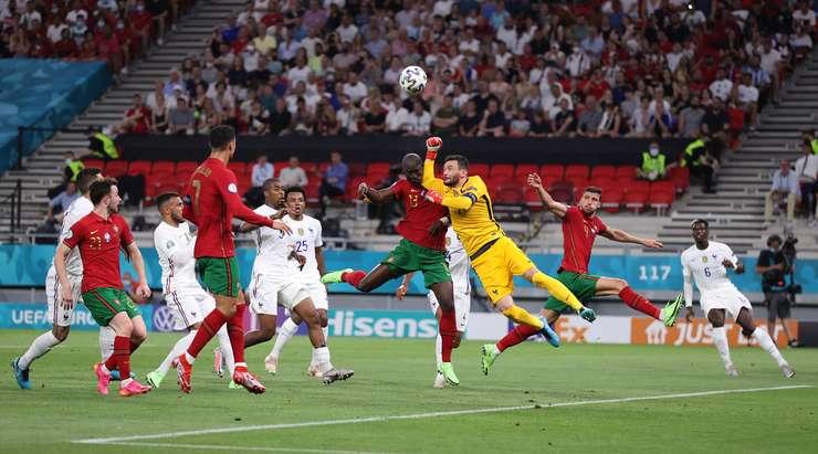 Hugo Lloris (Fransa) zorlu bir mücadele veriyor ve Antonio Mateu Lahoz faul düdüğünü çalıyor. Penaltı avantajı Portekiz'e veriliyor.