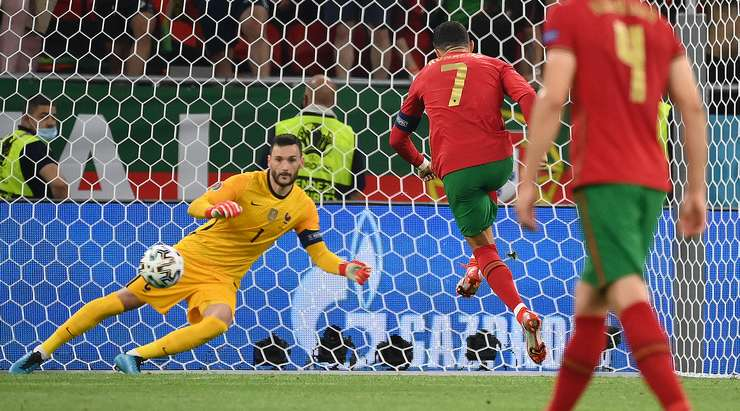 Cristiano Ronaldo (Portekiz) penaltıyı bir kurşunla filenin ortasına gönderiyor.