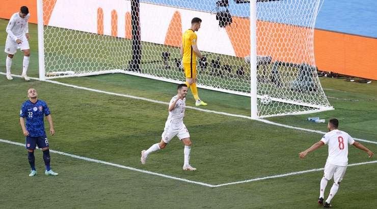 Jordi Alba, ceza sahasına hassas bir loft haç gönderiyor. Pablo Sarabia (İspanya) ona tutunuyor ve doğru direğe çarpan ve sekerek gelen hızlı bir şutla bitiriyor. Kalecinin şansı yoktu. Skor 0:3 olarak değişir.