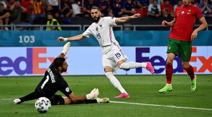 Paul Pogba, şut için yer açan ve sol direkten sekerek alçak bir atak yapan Karim Benzema'nın (Fransa) yoluna düzgün bir top oynuyor! 1:2.