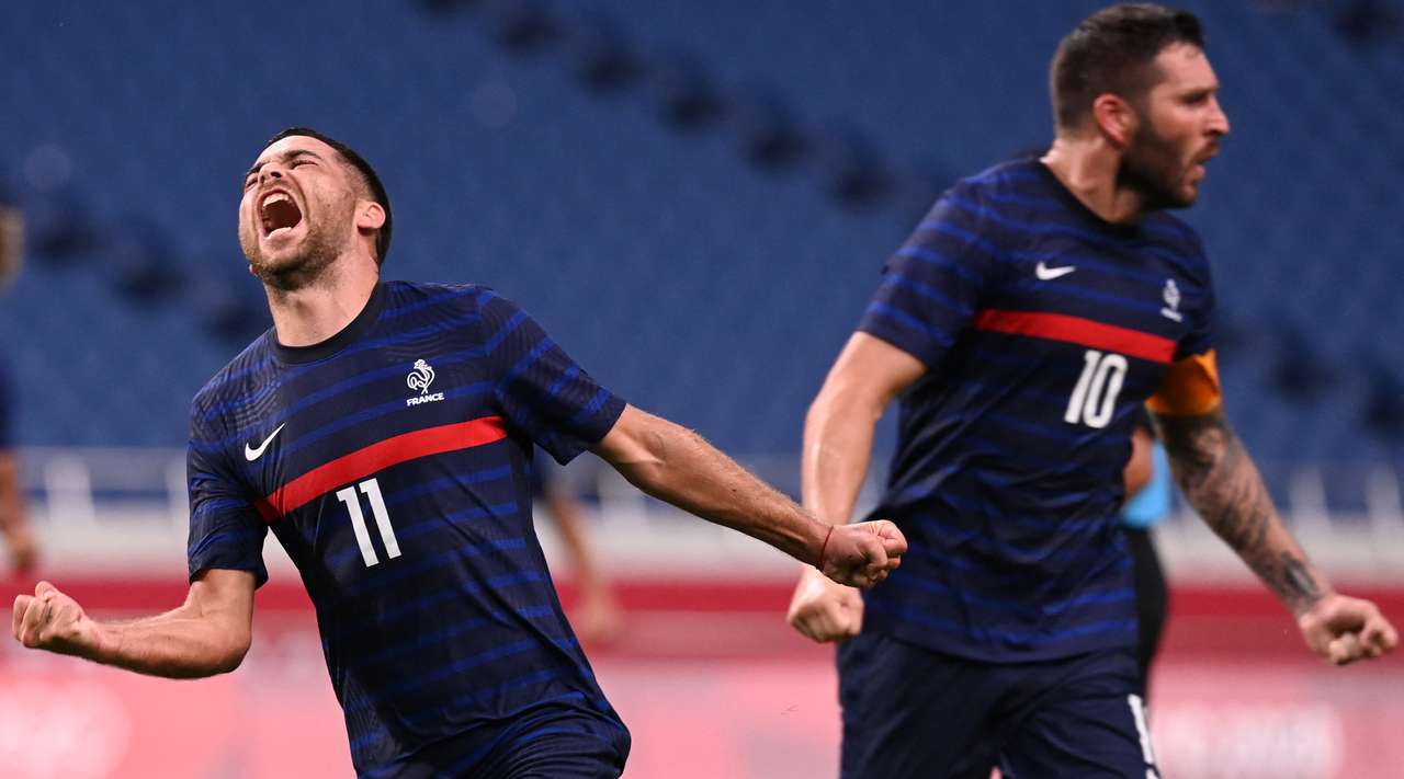 A good lofted pass from Andre-Pierre Gignac finds Teji Savanier (France) on the edge of the area. He collects the ball and rips in a wonderful shot which ends up in the bottom left corner. The score is now 4:3.