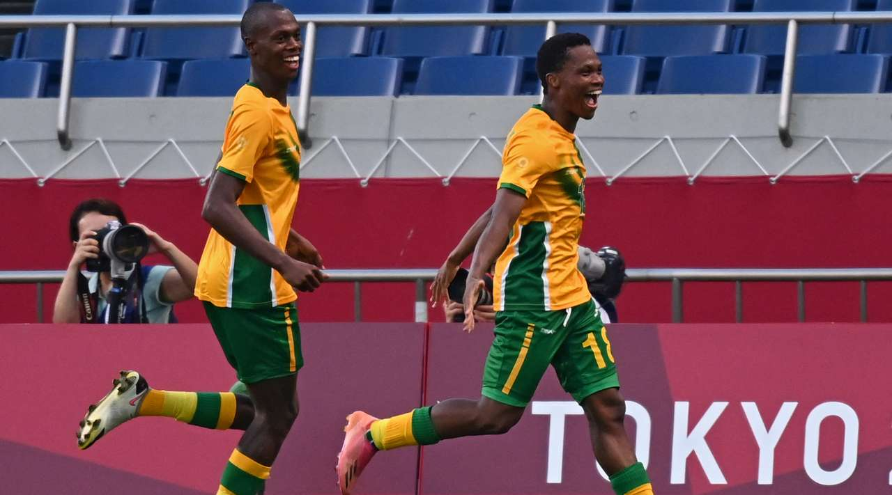 GOAL! A terrible mistake leads to a goal. The defender ends up losing possession, allowing Kobamelo Kodisang (South Africa) to pick up the ball before slotting it into the back of the net to make it 0:1.