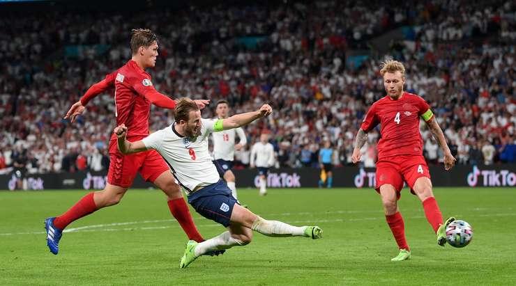 Harry Kane (İngiltere) ceza sahası içinde savunmayı ikiye bölen bir pas alıyor. Başını kaldırmadan sol alt köşeye doğru şutunu çekiyor, ancak Kasper Schmeichel harika bir kurtarış yapıyor.