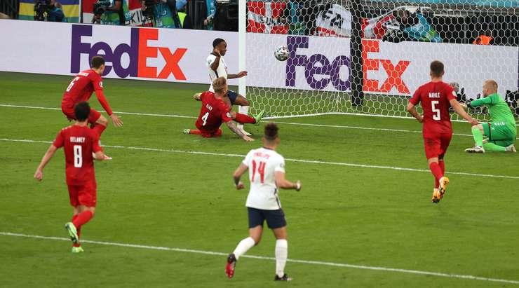 Kendi kalesine gol! Simon Kjaer (Danimarka), hücum eden oyunculardan birinden yanlışlıkla kendi ağına bir pası koyduğu için büyük bir talihsizlik yaşıyor. Skor 1: 1'dir.