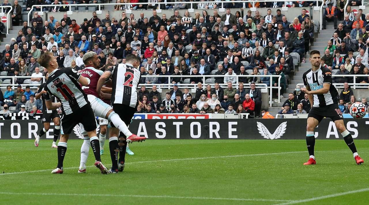 C'est au fond des filets ! Michail Antonio met le ballon sur un plateau pour Mohamed Said Benrahma (West Ham), qui marque d'une tête facile dans le but vide. Le score est de 2:2.
