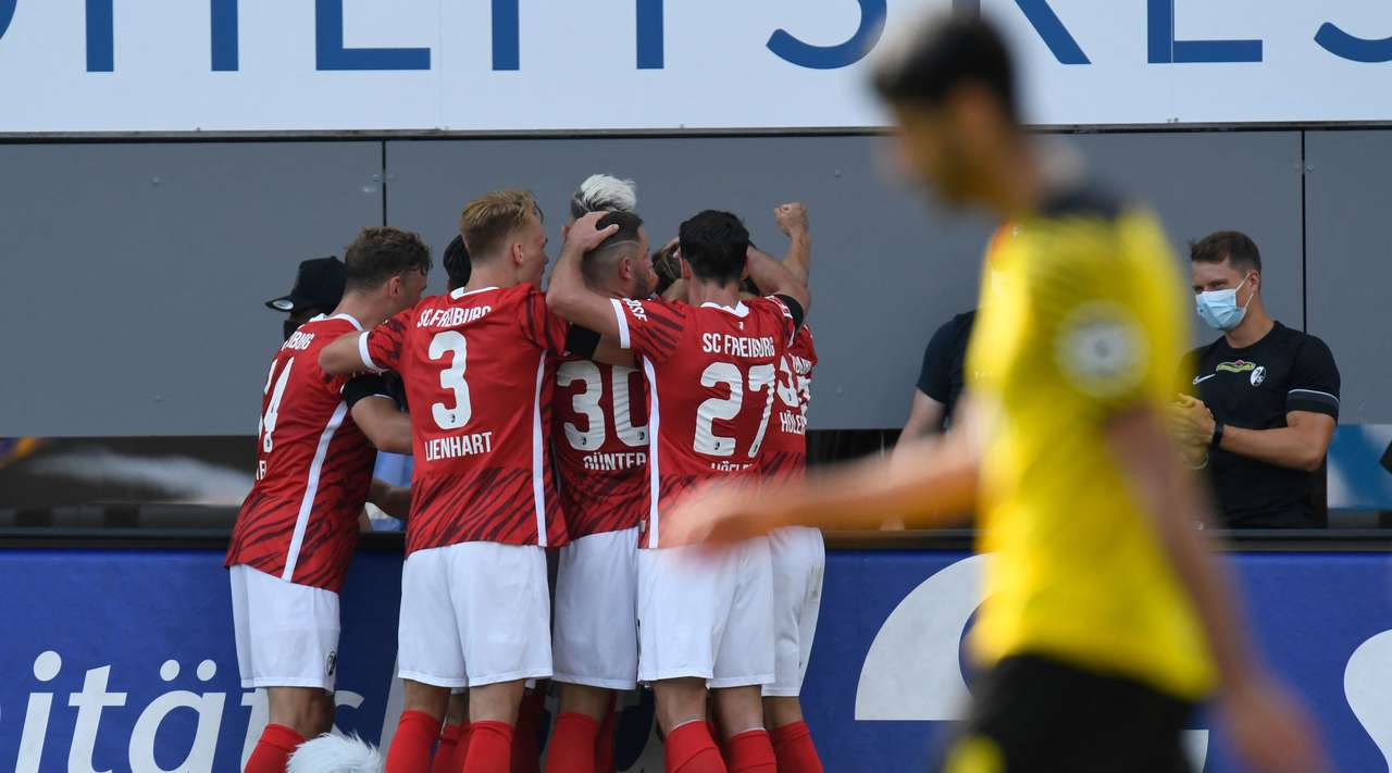 Goal! After receiving a sweet pass, Roland Sallai (Freiburg) unleashes a shot straight into the bottom right corner. Good team effort!