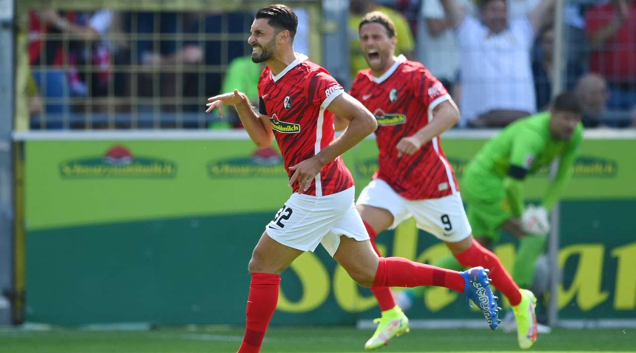 Vincenzo Grifo (Freiburg) produces a moment of pure magic after hitting a splendid free kick from the edge of the penalty box and the ball curls in off the left post!