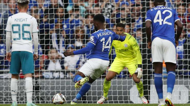 Goal! Kelechi Iheanacho (Leicester) wins the battle of wills and sends an unstoppable penalty past Zackary Steffen into right side of the goal.