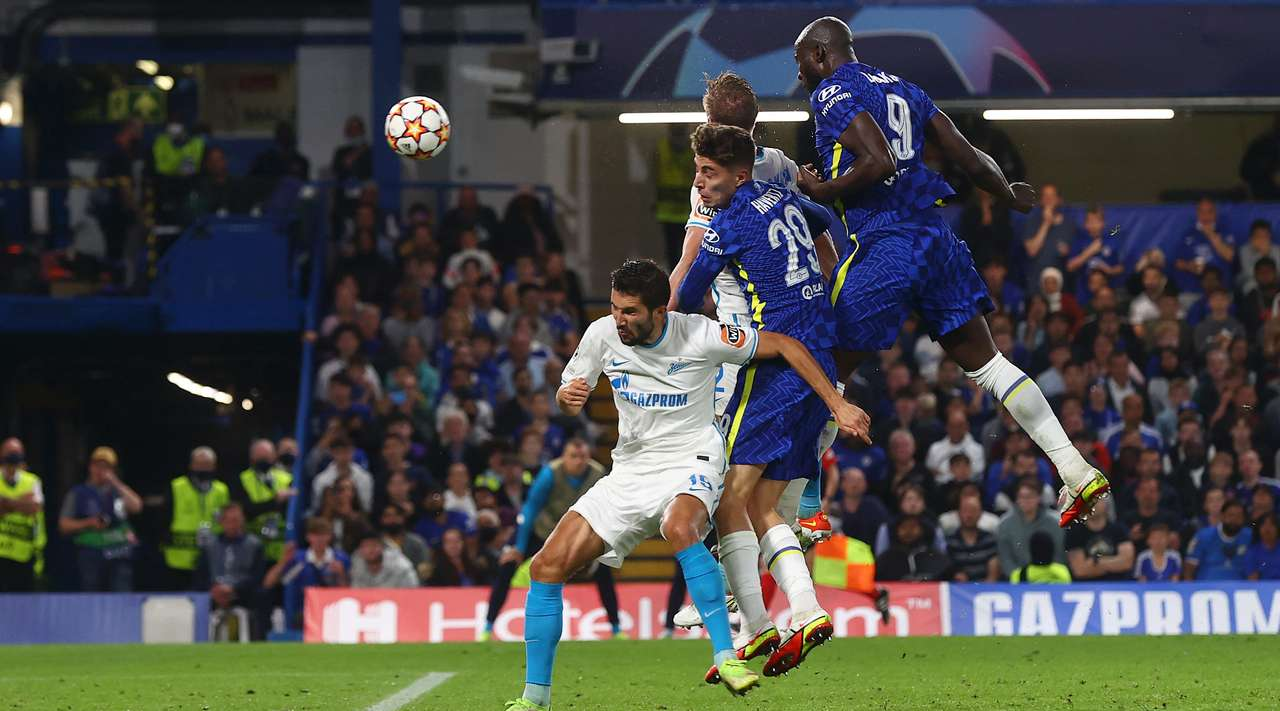 Cesar Azpilicueta produces a beautiful lofted cross into the box, where Romelu Lukaku (Chelsea) rises high to head the ball into the left side of the goal and beyond the goalkeeper. He makes it 1:0.