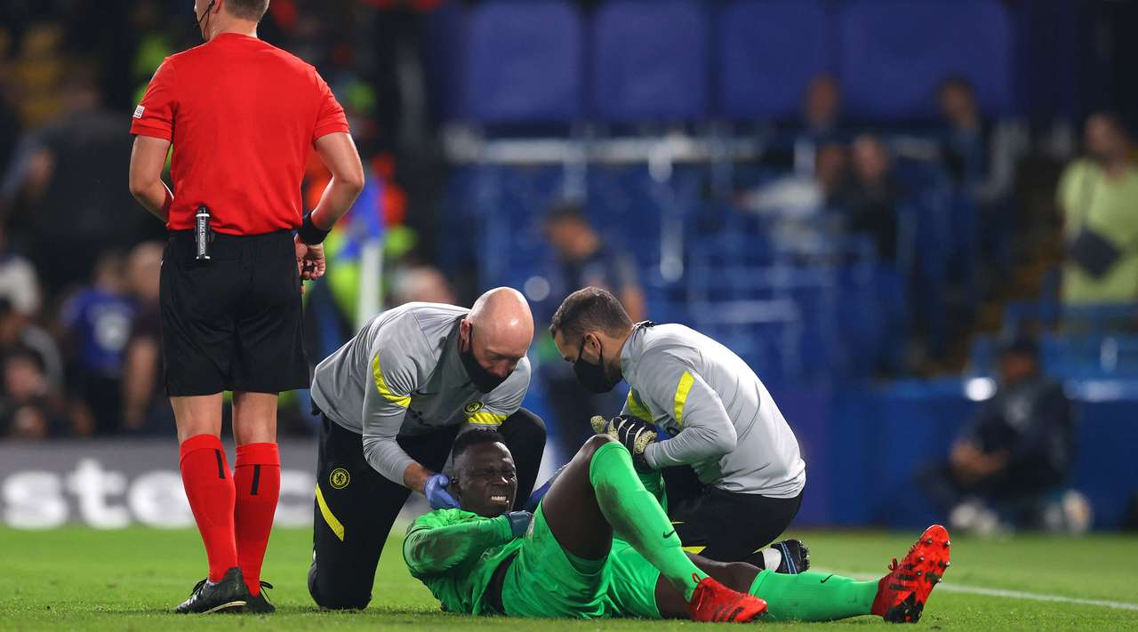 Edouard Mendy (Chelsea) is writhing in pain and can now receive medical treatment after the referee signals for the physio to come onto the pitch.